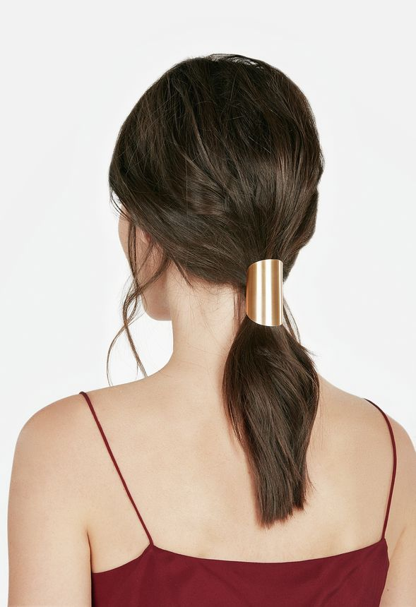 Take a break form the classic pony and add some pizazz to your hairstyle with this metal shield hairband.